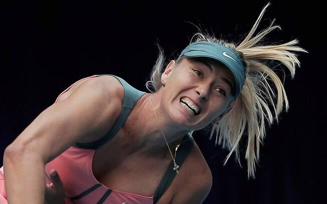 Maria Sharapova saca durante vitória  nesta  sexta-feira