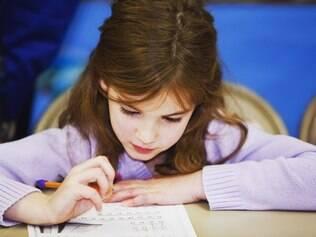 Embora sejam mais rápidas em realizar mais de uma tarefa, crianças bilíngues demoram mais a adquirir vocabulário