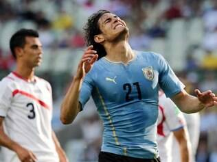 Uruguay's Edinson Cavani (21) grimaces after missing on a kick at the Costa Rican goal during the group D World Cup soccer match between Uruguay and Costa Rica at the Arena Castelao in Fortaleza, Brazil, Saturday, June 14, 2014. (AP Photo/Fernando Llano)