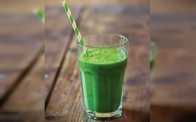 Outra das receitas simples indicadas é esse suco verde cremoso que é super básico e demora só 5 minutos para fazer