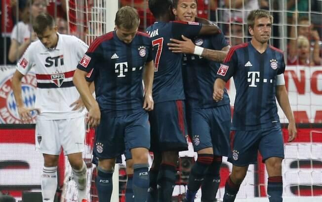 Jogadores do Bayern de Munique comemoram gol  de Mandzukic na vitória sobre o São Paulo na Copa  Audi