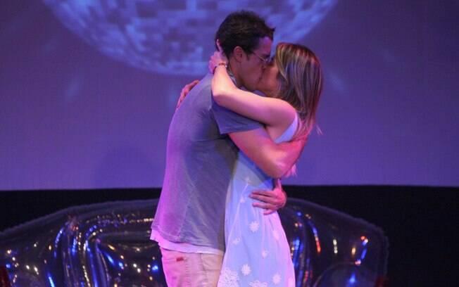 Joaquim Lopes e Giovanna Ewbank: muitos beijos no palco