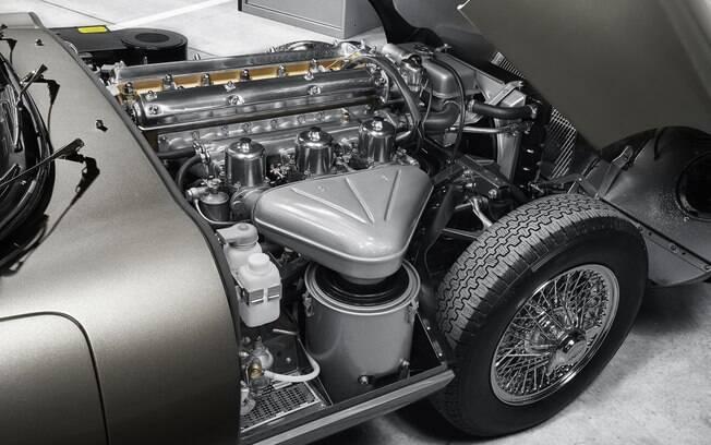 Sob o enorme capô fica o motor de 4.2 litros, de seis cilindros e 265 cavalos de potência, com 3 carburadores SU