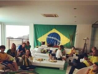 Em casa, apresentadora Ana Maria Braga acompanha jogo do Brasil com a família