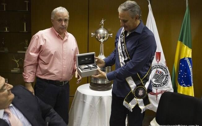 Tite recebe homenagem de diretor de futebol  do Corinthians pela conquista da Libertadores