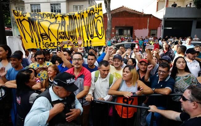 Fãs apoiaram Neymar na porta da delegacia em SP