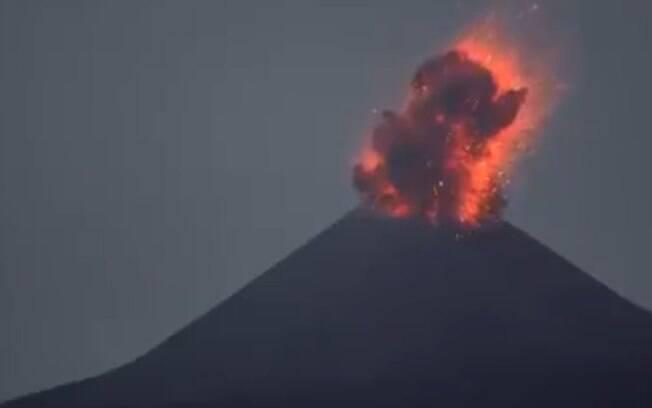 Vulcão Krakatoa entrou em erupção na Indonésia