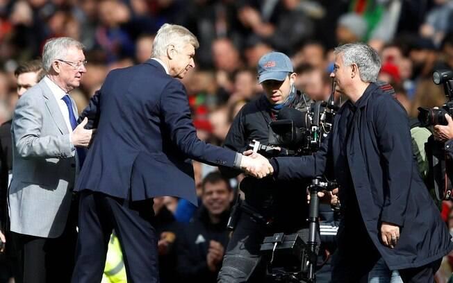 Arsene Wenger e José Mourinho se cumprimentam sob os olhares de Sir Alex Ferguson na última partida do francês em Old Trafford
