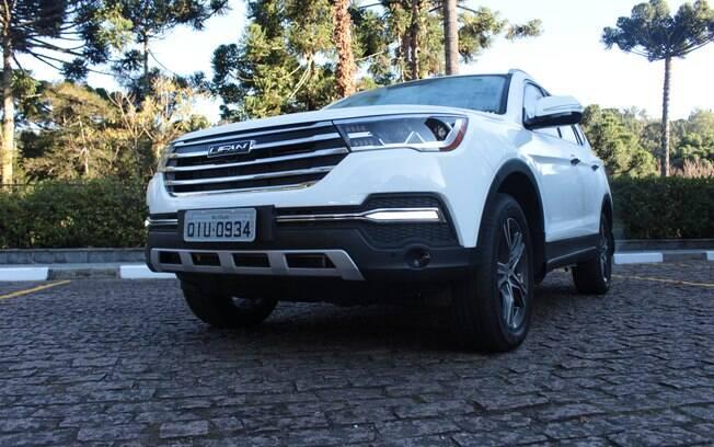 Com 1.885 kg de peso, falta um pouco de força para o 2.0 turbo dar boa agilidade ao maior SUV da Lifan