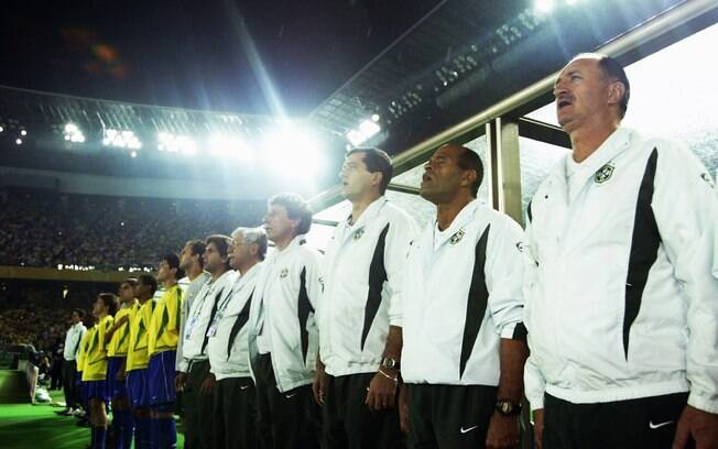 Felipão canta o hino do Brasil na final da  Copa 2002. Foi o último título expressivo do  treinador
