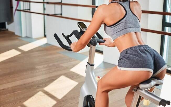 pedalar ajuda a tonificar pernas e bumbum