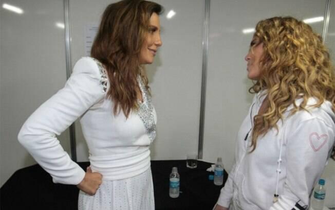 Ivete Sangalo e Jennifer Lopez trocam figurinhas em bastidores de festival