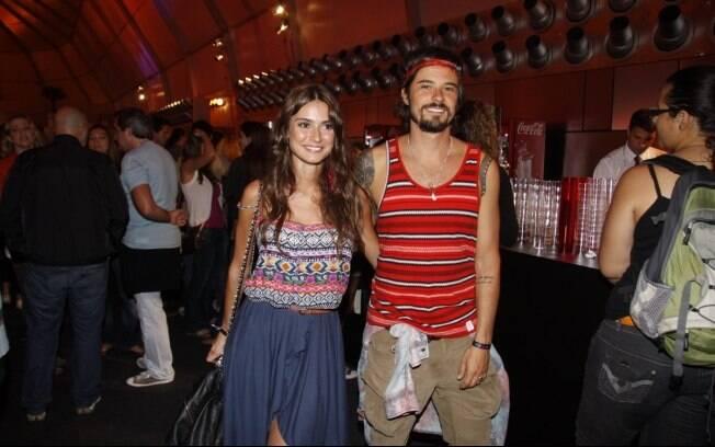 Paulinho Vilhena e Thaila Ayala