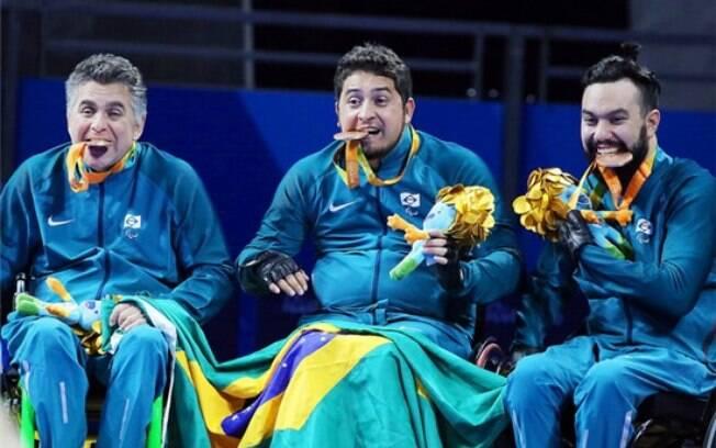 Aloisio Lima, ao centro, com a medalha de bronze conquistada nos Jogos Paralímpicos Rio 2016
