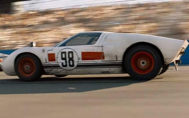 Ford GT40 em ação no circuito de Daytona, nos EUA, prestes a cruzar a linha de chega em primeiro lugar