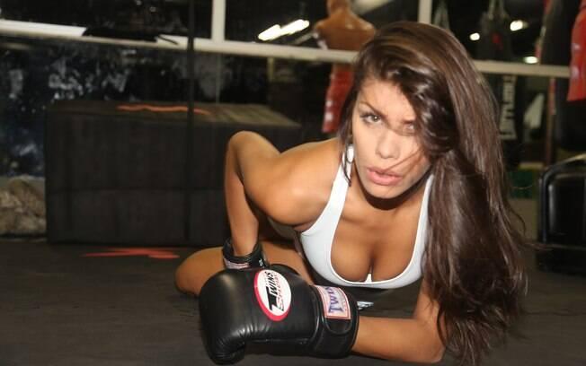 A ex-BBB Franciele Almeida posou para um ensaio sensual antes do Jungle Fight 68