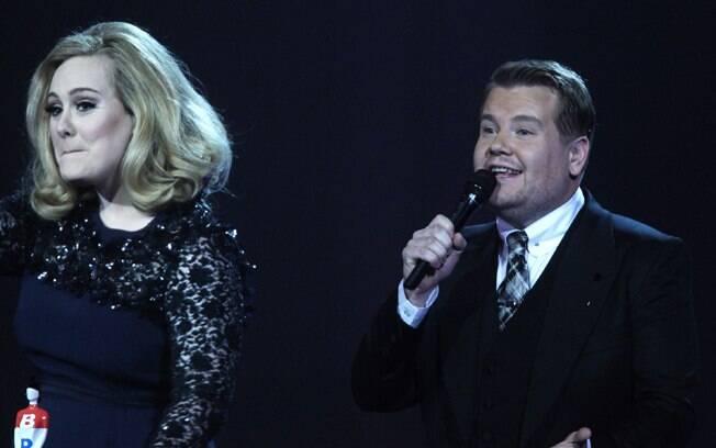 Adele e o apresentador da premiação, James Cordon, no momento em que a cantora fez o gesto