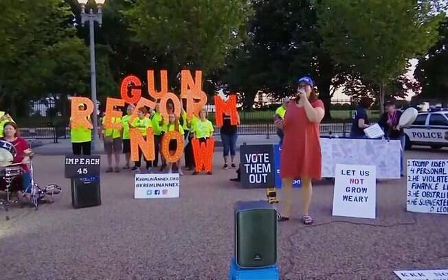 Depois do atentado, manifestantes protestaram em frente à Casa Branca por maior controle sobre as armas