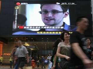 TV de Hong Kong mostra entrevista com Edward Snowden: ex-técnico acusado de espionagem deixou o país