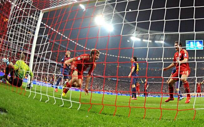 Thomas Mueller vibra ao marcar o primeiro gol  do Bayern de Munique sobre o Barcelona