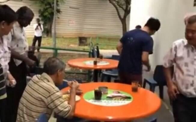 Cobra apavora todos em café, mas um senhor nem para de comer!