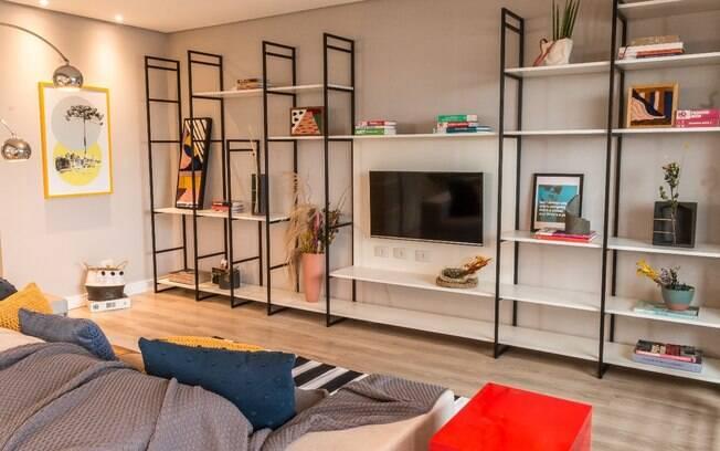 Prateleiras de metais podem ajudar a organizar a casa e torná-la visualmente agradável