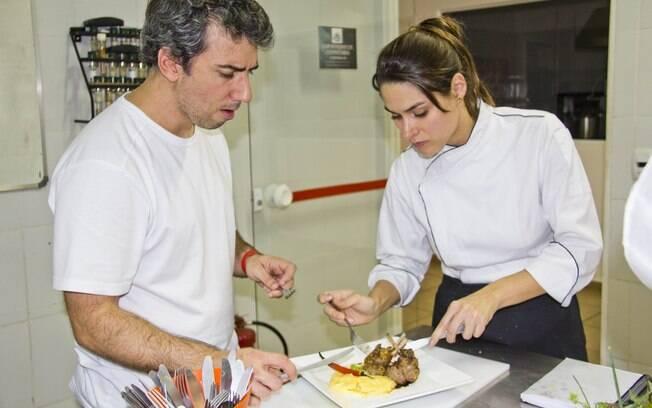 Fernanda Machado e Michel Tikhomiroff preparando os pratos do filme
