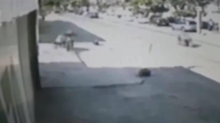 Vídeo mostra mulher sendo arrastada por moto durante assalto no Anil