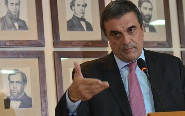 O ministro da Justiça, José Eduardo Cardozo espera por protestos sem violência