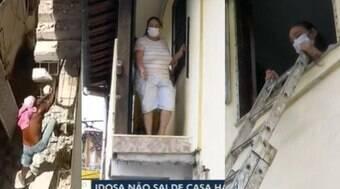 Idosa fica presa após vizinho demolir escada