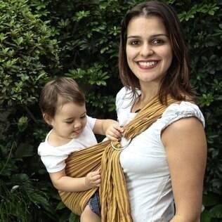 Ligia De Sica com a filha Aurora no sling: um tipo de carregador para cada necessidade