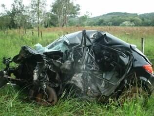 Chevrolet Onix ficou completamente irreconhecível após o impacto