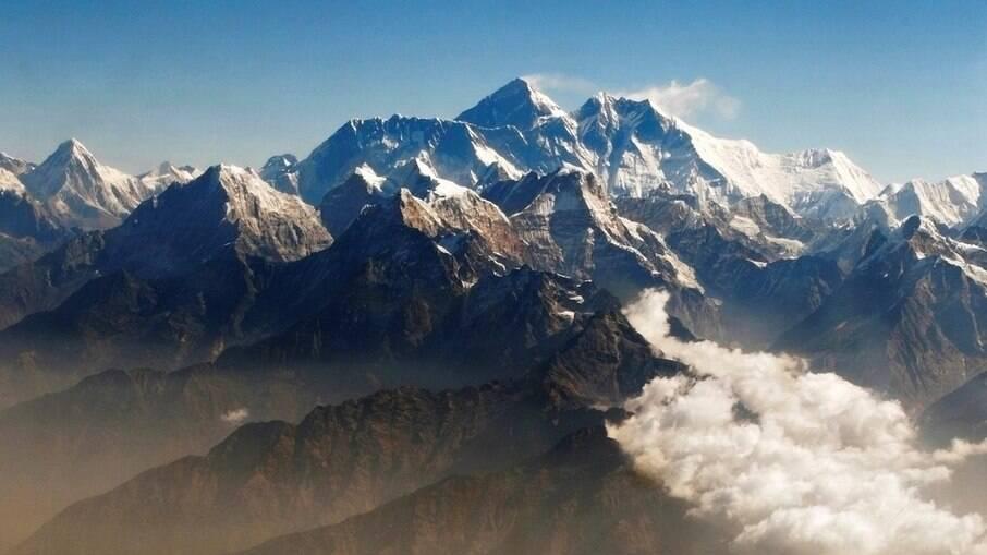 Monte Everest, na cordilheira do Himalaia, visto a partir do Nepal