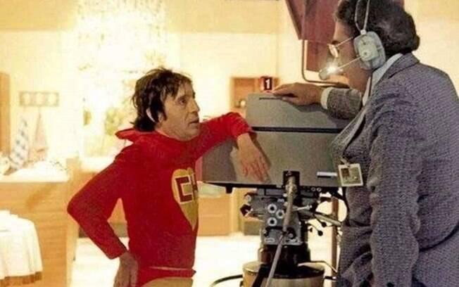 Roberto vestido de Chapolin conversa com um dos diretores