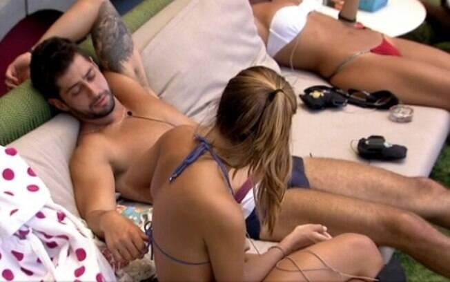Surge clima e Marcelo faz carinho nas costas de Angela