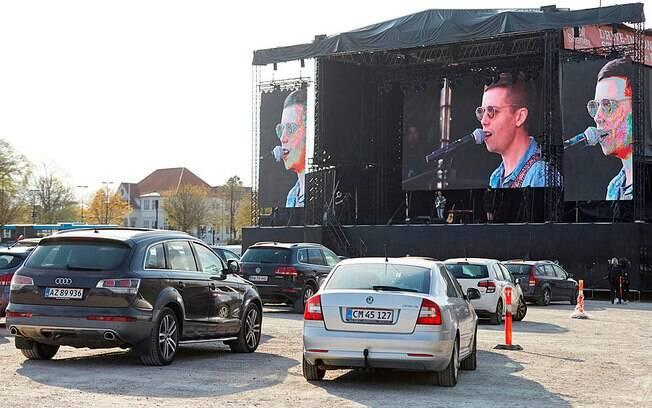 Na Dinamarca, um show em drive-in: europeus e chineses preferem carros para voltar ao trabalho pós quarentena, evitando as aglomerações do transporte público