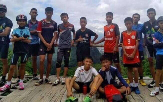 Meninos do time Javalis Selvagens que ficam presos em caverna inundada na Tailândia