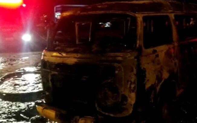 Kombi estacionada pega fogo na Avenida João Aranha, em Paulínia