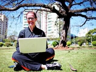 Conectada. Rosângela é um dos 108 mil usuários cadastrados na capital