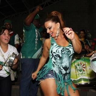 Mesmo não desfilando pela Mancha Verde em 2014, Viviane Araújo foi ao primeiro ensaio geral da escola paulistana