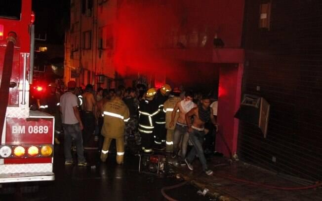 O fogo começou às 2h da manhã, quando faíscas de um show pirotécnico atingiu a espuma do teto