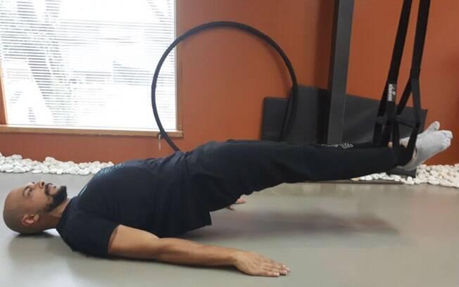 Pilates suspenso: exercícios como as pontes ficam mais complexos e requerem mais forças quando feitos com as fitas