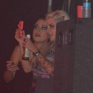 Clara Aguilar e Bella Maia curtem show do Guns N'Roses em Olinda