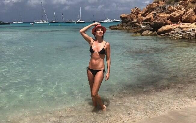 Famosas! Leticia Birkheuer relembra férias com foto de biquíni em praia paradisíaca