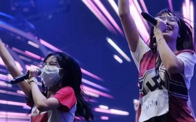 Cantora da banda BNK48 usa camiseta em homenagem a Hitler durante ensaio.