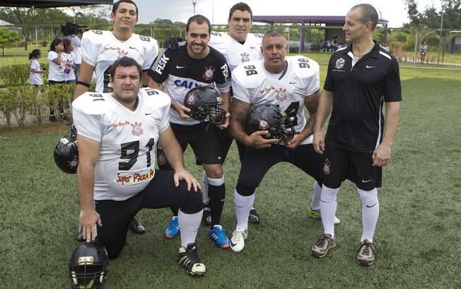 Danilo posa com time de futebol americano do  Corinthians. Entre eles, Alexandre Frota