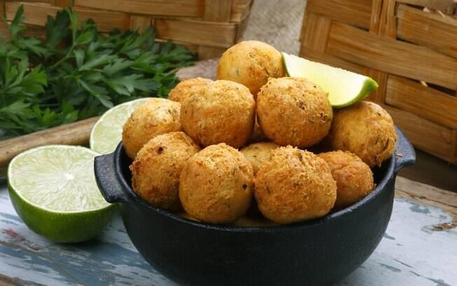 Bolinho de bacalhau assado é uma versão mais saudável que o frito, mas sem perder o sabor