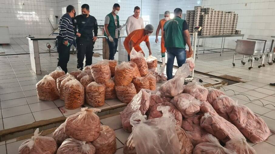 Alimentos estavam armazenados em sacos plásticos e alguns fora da validade