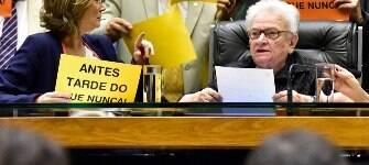 """Presidida por Erundina, sessão informal na Câmara tem """"tchau, querido"""" contra Cunha"""