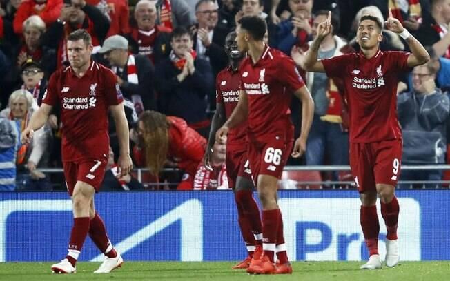 Roberto Firmino, com o olho esquerdo um pouco inchado, comemora o seu gol que deu a vitória do Liverpool sobre o PSG